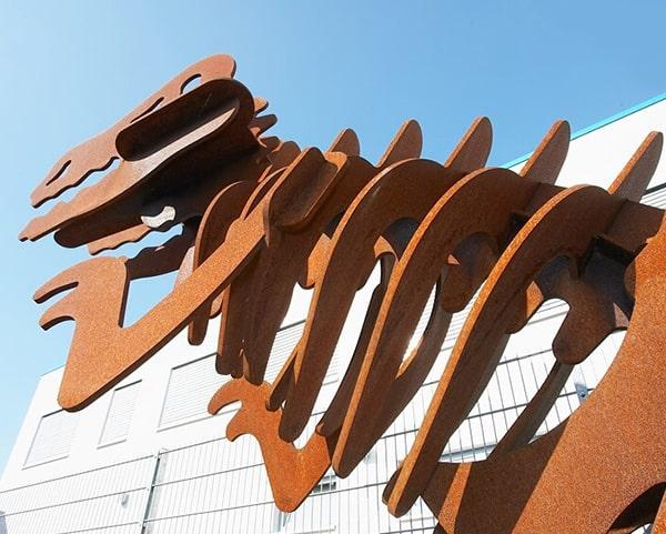 Metallskulptur in Rostoptik vorm Firmengebäude