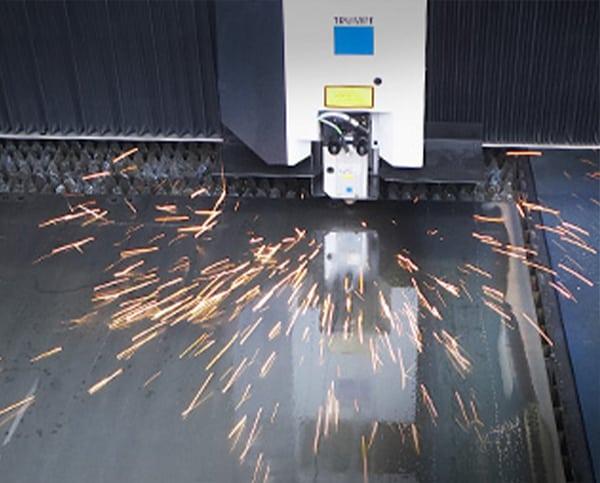 Funken sprühen beim Laserschneiden