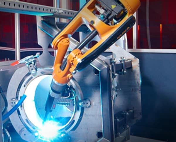 Robotor schweißt an Maschine