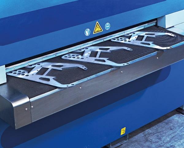 Formteile auf Laufband einer Maschine