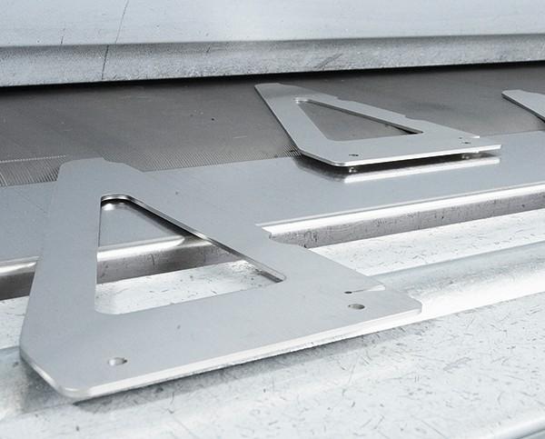Formteile aus Metall auf Laufband